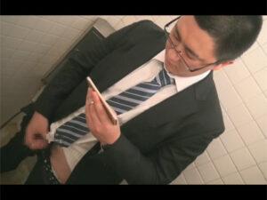 【ゲイ動画ビデオ】ぽっちゃりとしたイモ系のサラリーマンの男が公衆トイレでオナニーをしている姿を披露することになる!