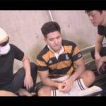 【ゲイ動画】ラガーシャツを身にまとうマッチョな男が2人の男に攻められ続けてアナルセックスで昇天することになる!