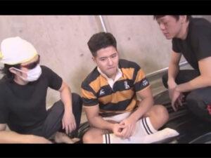 【ゲイ動画ビデオ】ラガーシャツを身にまとうマッチョな男が2人の男に攻められ続けてアナルセックスで昇天することになる!