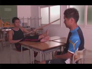 【ゲイ動画ビデオ】学校の教室にいた2人の体育会系の男がアナルセックスをして愛を感じながら果てることになる!