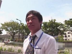 【ゲイ動画ビデオ】昼休憩にマッチョなサラリーマンの男がスーツ姿でゴーグルマンに愛撫をされてチンコを突っ込まれる!