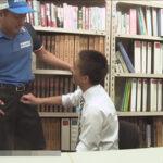 【ゲイ動画】オフィスで1人で仕事をしていた男が宅配できた男とのアナルセックスを満喫しあうことになる!
