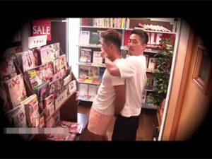 【ゲイ動画ビデオ】本屋の店内で堂々とレイプ行為!エロ本を読んでいたノンケに勃起チンポを押し当てしゃぶらせAFで犯す!