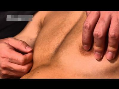 【ゲイ動画】良い肉体の20歳の社会人素人登場!赤黒いチンポをバキュームフェラで吸われクチュクチュ手コキでイカされる!