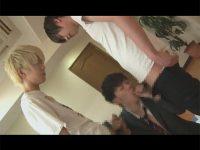【ゲイ動画】スーツ姿のイケメンが2人の客にHなもてなしをしてあげて3Pで絶頂をすることになる!