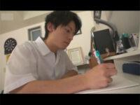 【ゲイ動画】スジ筋なさわやか系のイケメンDKが照れながら相手の男とチンコをいじりあいながら精液を噴射することになる!