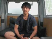 【ゲイ動画】素人のイケメン君が車の中でいきなりHな撮影に参加してオナニーを満喫することになる!