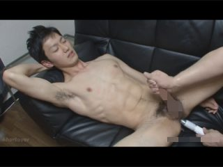 【ゲイ動画】男性経験は2回だけのスジ筋イケメンの綺麗なケツマンにバイブを突っ込み手コキ責めでイカせる!