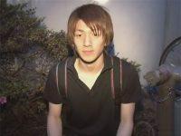 【ゲイ動画】茶髪のスジ筋のイケメンがゴーグルマンのフェラテクで精液を噴射することになる!