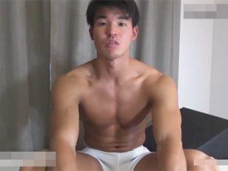 【ゲイ動画】全身筋肉の体育会系ノンケが手コキで漏れ射精…イッた後もチンポを覆面のタチに精子が空になるまで弄ばれる!